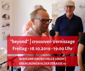 Helge Lindh eröffnet eine Vernissage. Zu sehen sind Veranstaltungsort und -datum.